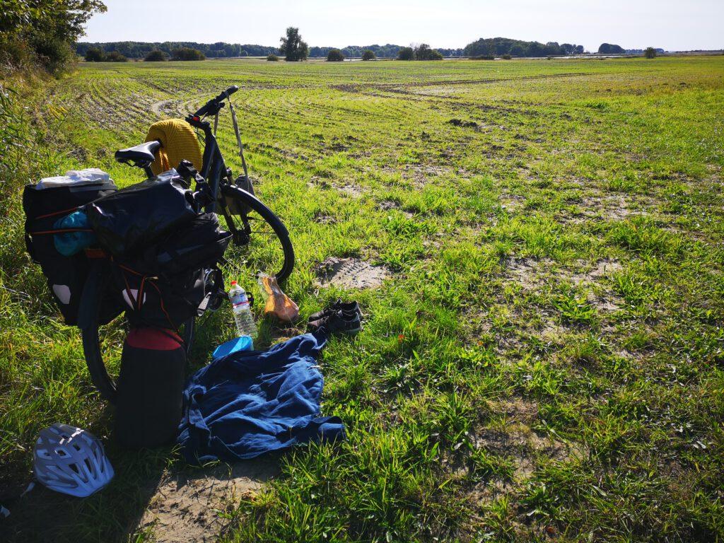 Radtour Pause am Feldrand Ruegen Rundweg
