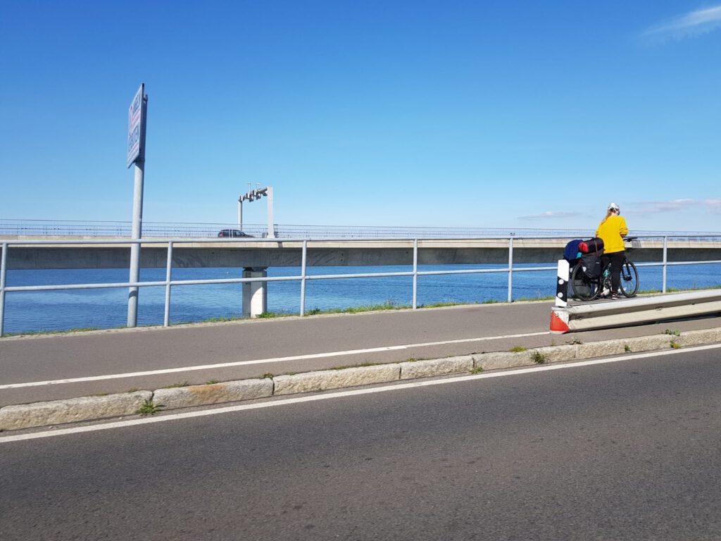 mit Fahrrad ueber die Ruegenbruecke