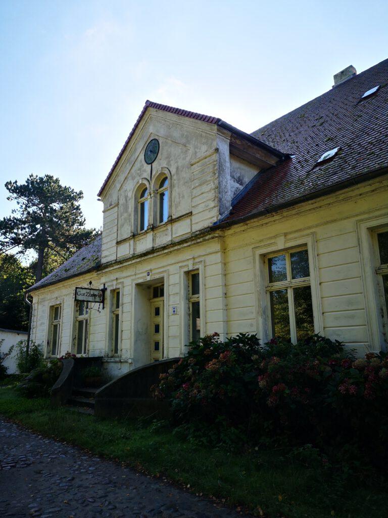 altes Gutshaus auf dem Weg nach Wiek Ruegen Rundweg