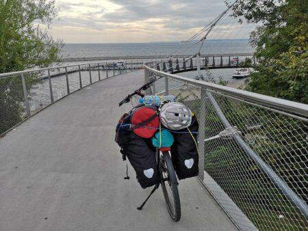 mit Fahrrad auf Ruegen in Sassnitz auf der Fussgaengerbruecke