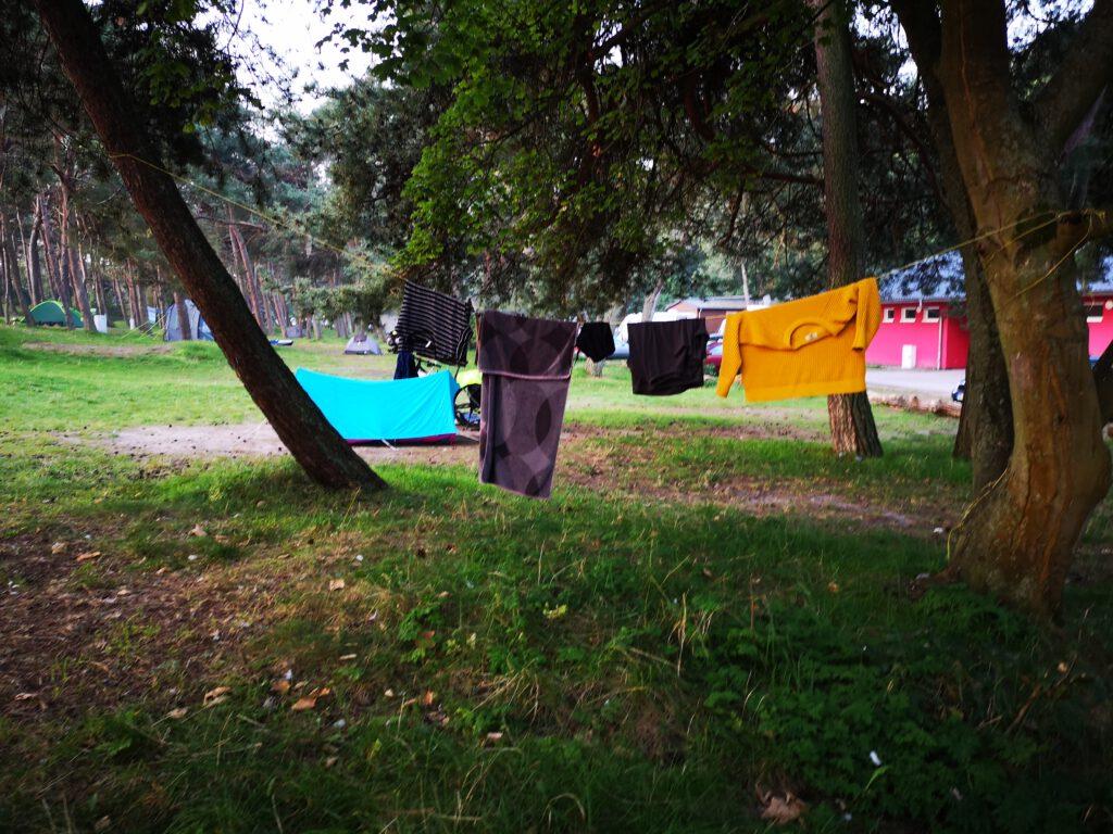 Waesche trocknen auf schoenem Zeltplatz Drewoldke Altenkirchen nahe Vitt Ostsee