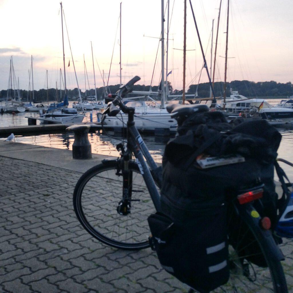 Radweg Berlin Rostock Fahrrad vor Booten