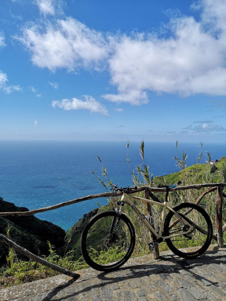 Mit Fahrrad auf Madeira Meer im Hintergrund